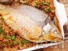 Рецепта Пълнен шаран на фурна за Никулден с орехи и стафиди печен под фолио